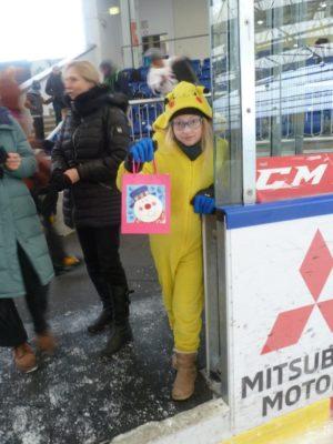 Pikachu mit einem kleinen Geschenk für das Kostüm