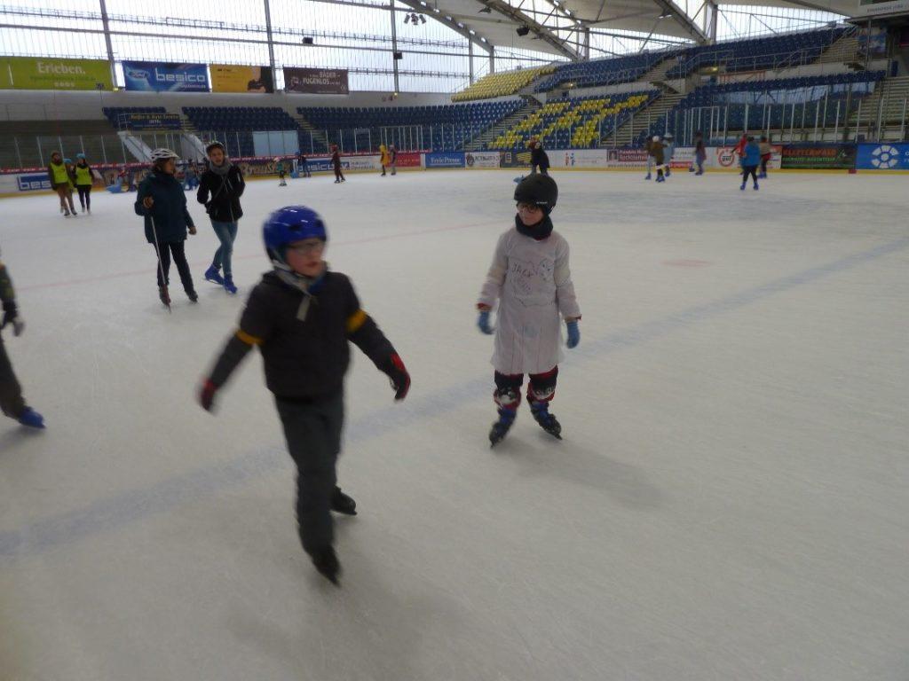 Viel Spaß zusammen auf der Eisfläche