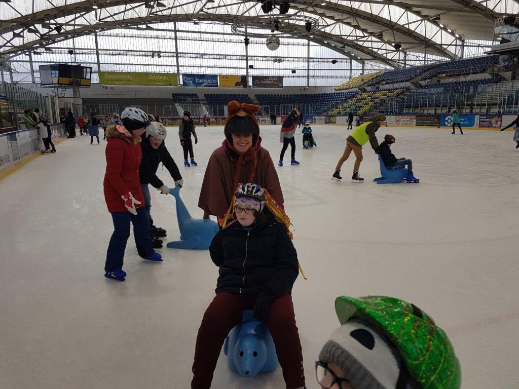 Schüler, Lehrer und Helfer vom André-Gymnasium auf der Eisfläche