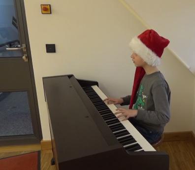ein Schüler der Klasse 3a am E-Piano