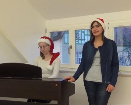 Frau Kauer am E-Piano begleitet Larissas Gesang